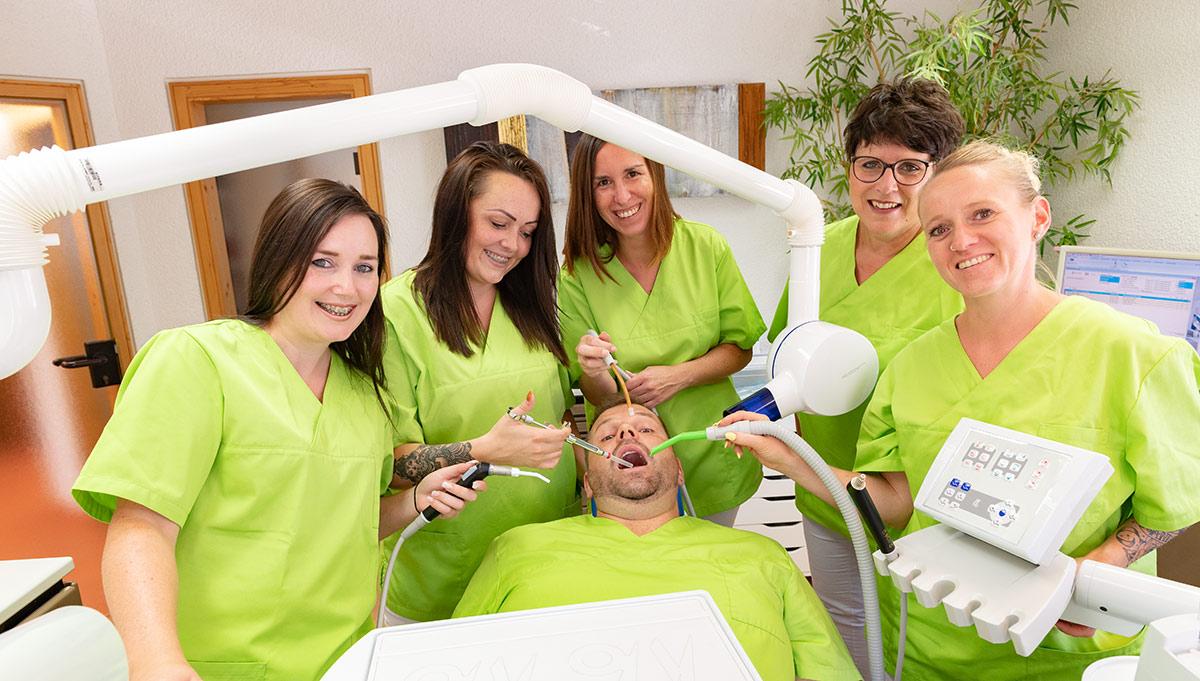 sympatisches-praxisteam-zahnarzt-berg
